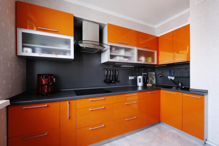 Оранжевая кухня с черными вставками