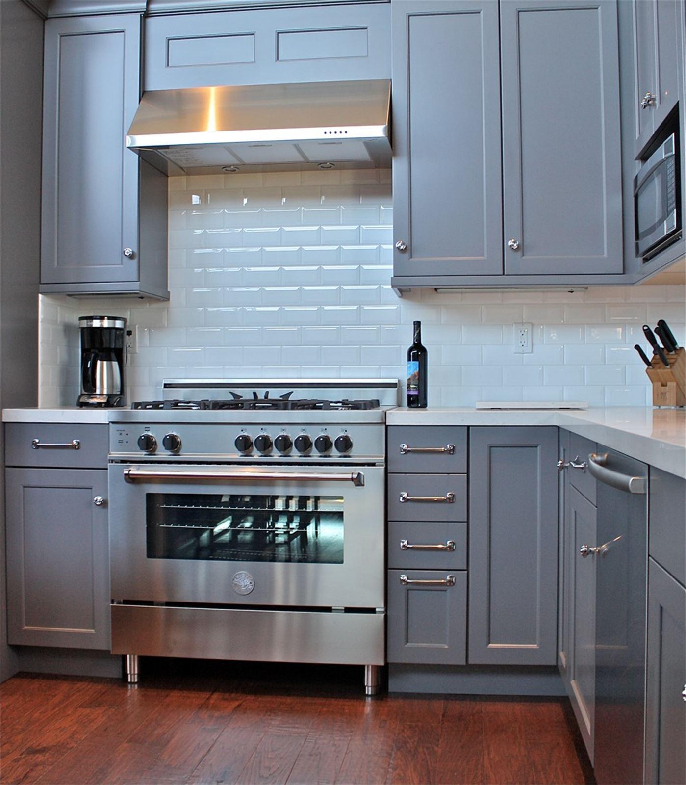 Дизайн кухни серо-голубая