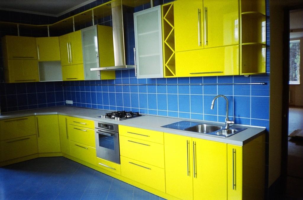 Кухня синяя желтая дизайн