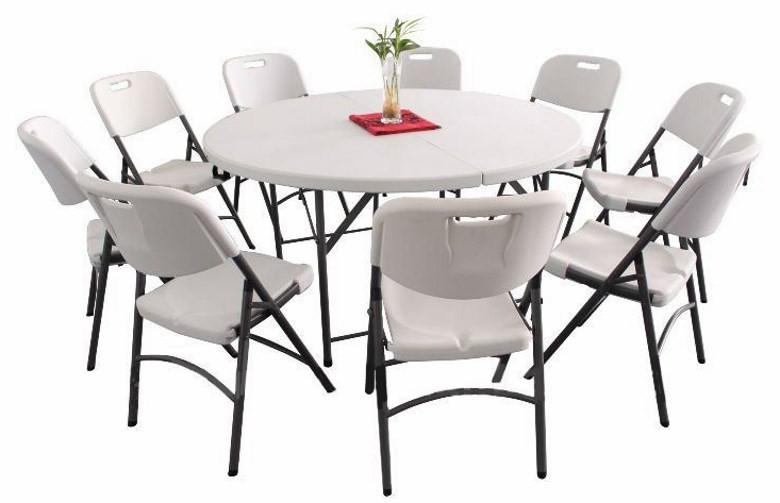 Круглый пластиковый стол и стулья
