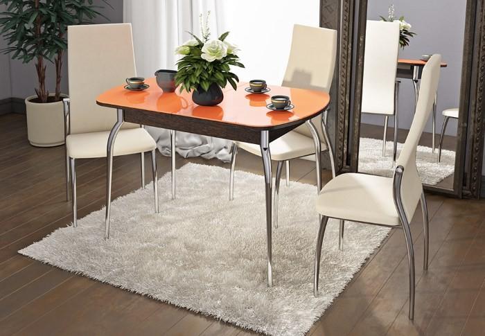 Яркий обеденный стол