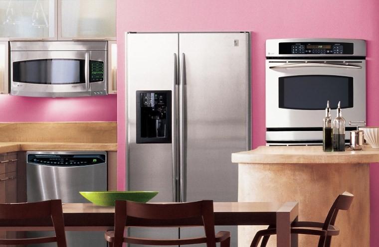 Большой холодильник на кухне