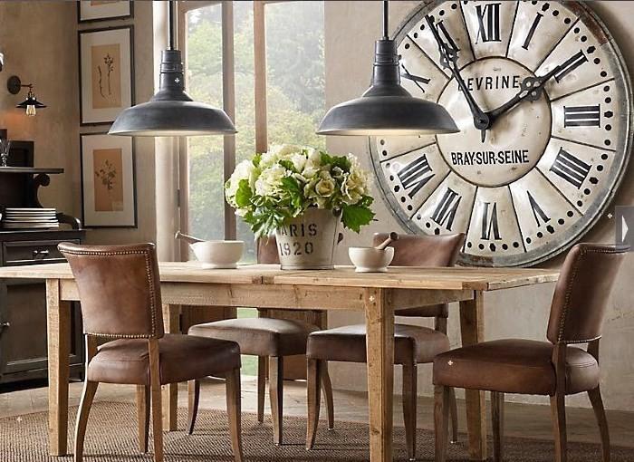 Большие часы на кухонной стене