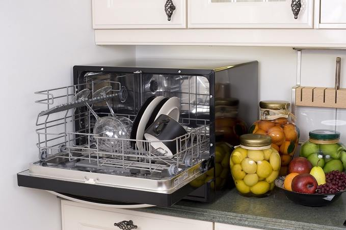 Настольная посудомоечная машина на кухне