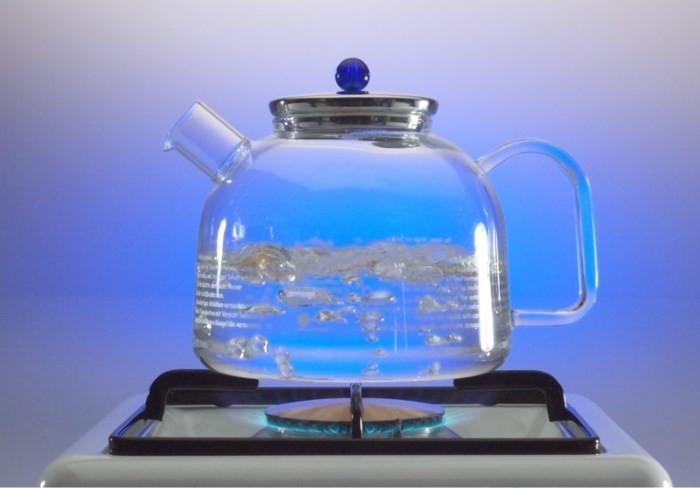 Стеклянный чайник на газе