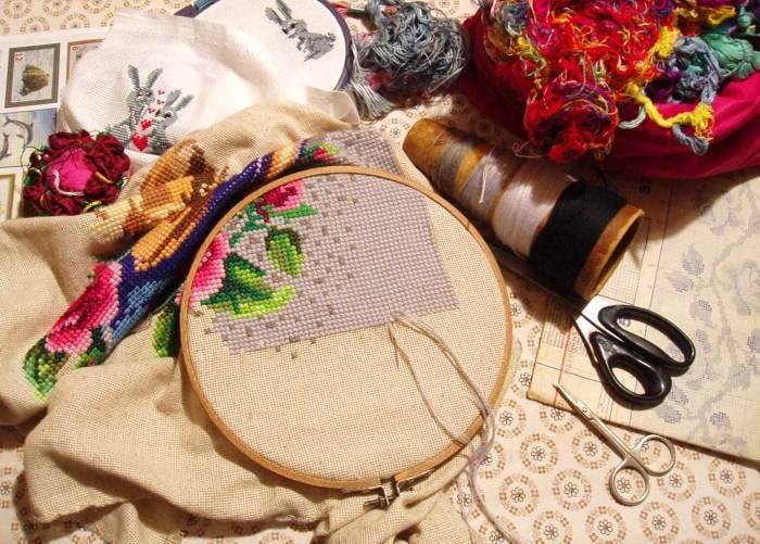 Пяльцы, ткань, нитки для вышивки