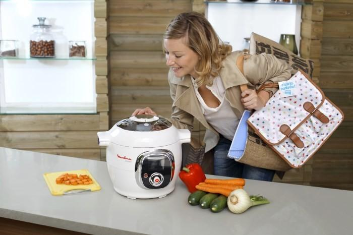 Мультиварка и девушка на кухне
