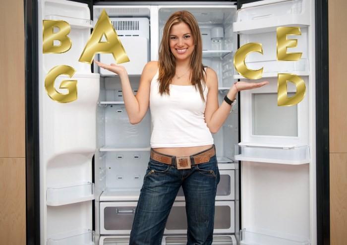 Ролик с девушкой возле холодильника