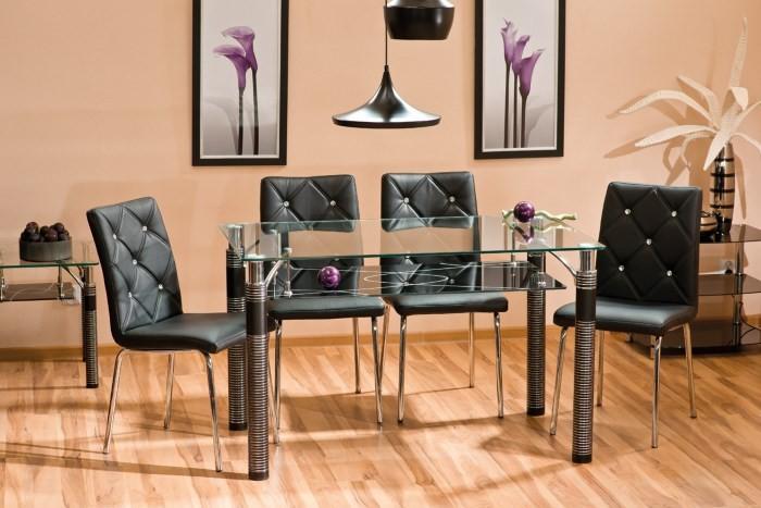 Стеклянный стол на металлических ножках