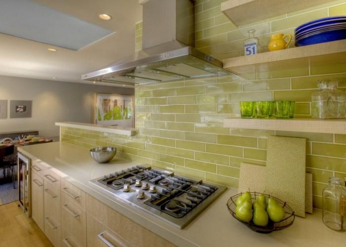 Стены на кухне из кафеля