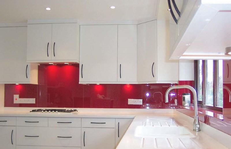 белый гарнитур с красным фоном