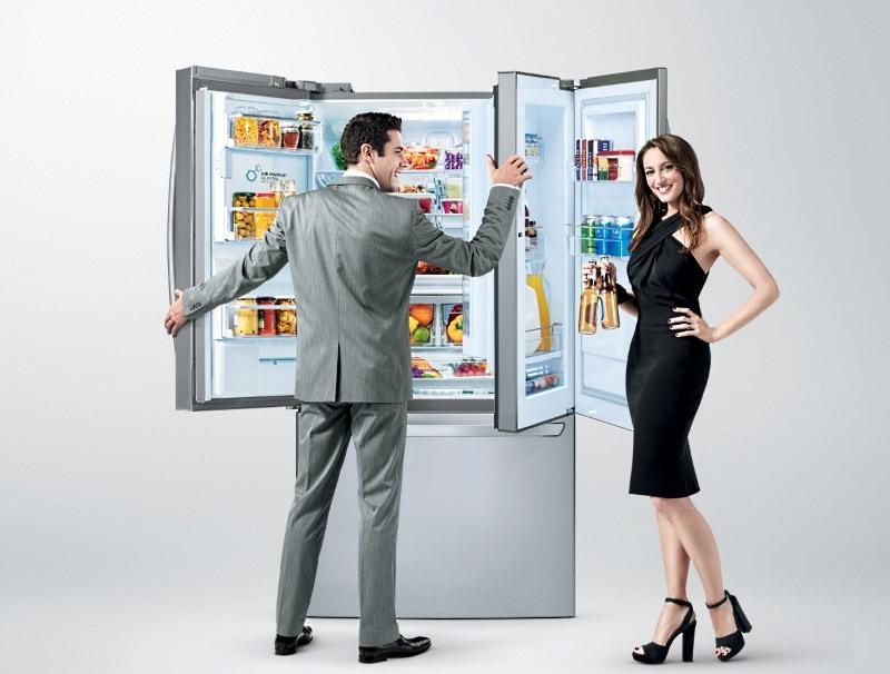 Большой холодильник полный еды