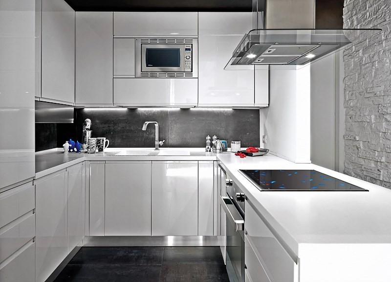 черно белая кухня без окна
