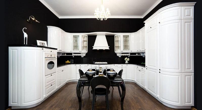 Белая встроенная кухня в классическом стиле