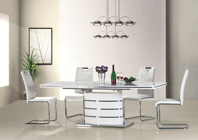 Белые стулья в интерьере кухни
