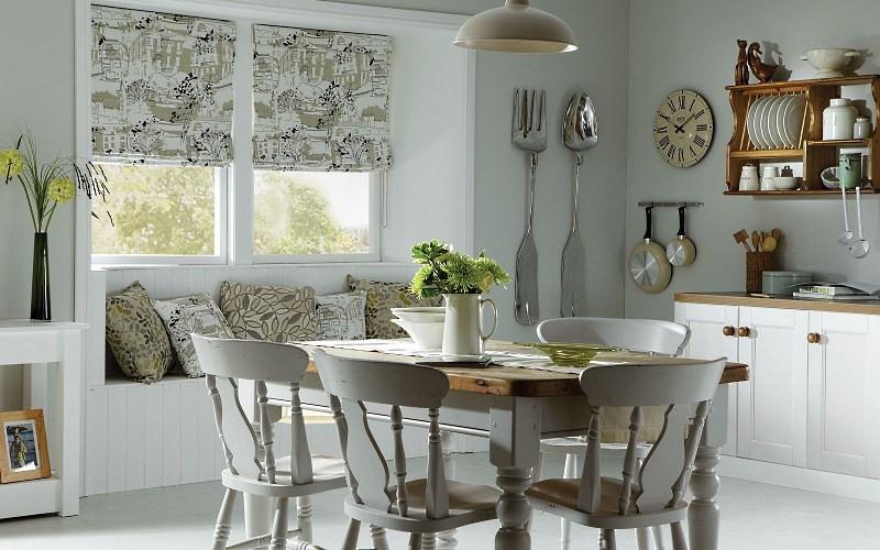 Нейтральные шторы на кухне