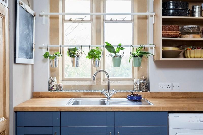 Раковина у кухонного окна