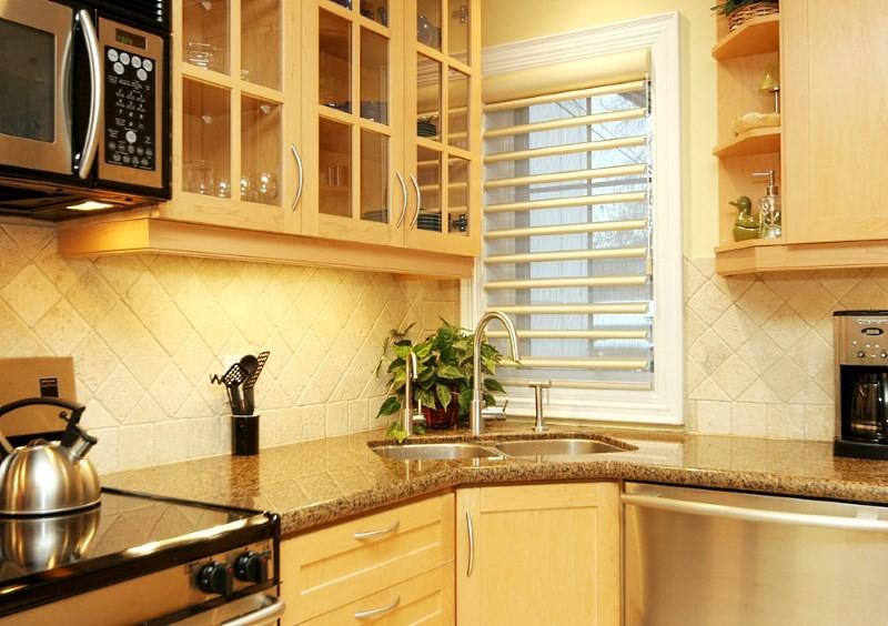 Угловая раковина в интерьере кухни