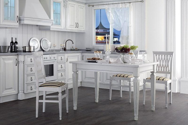 Традиционные белые стулья с мягким сиденьем