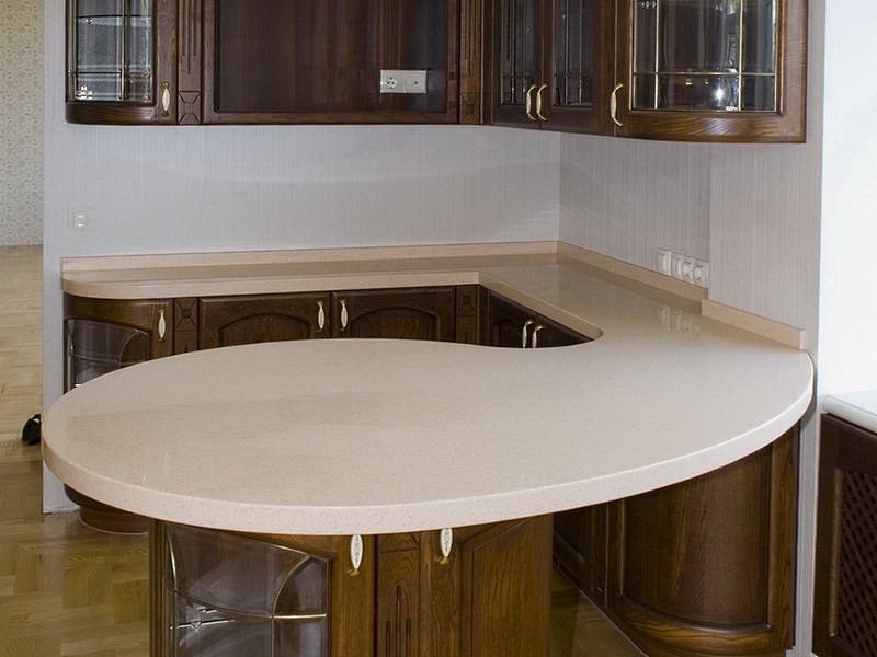 классическая кухня с барной стойкой из искусственного камня