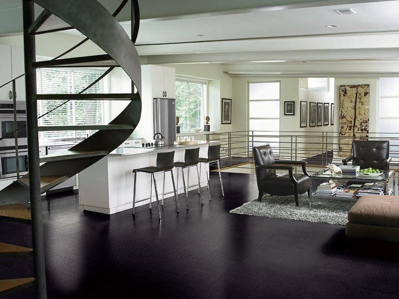 черно белая кухня с креслами