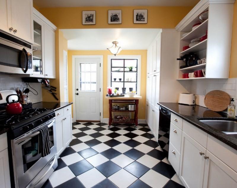 черно белая плитка на полу кухни