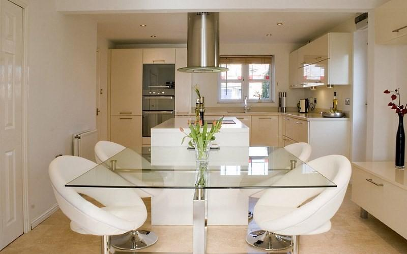 Стол со стеклянной столешницей для кухни