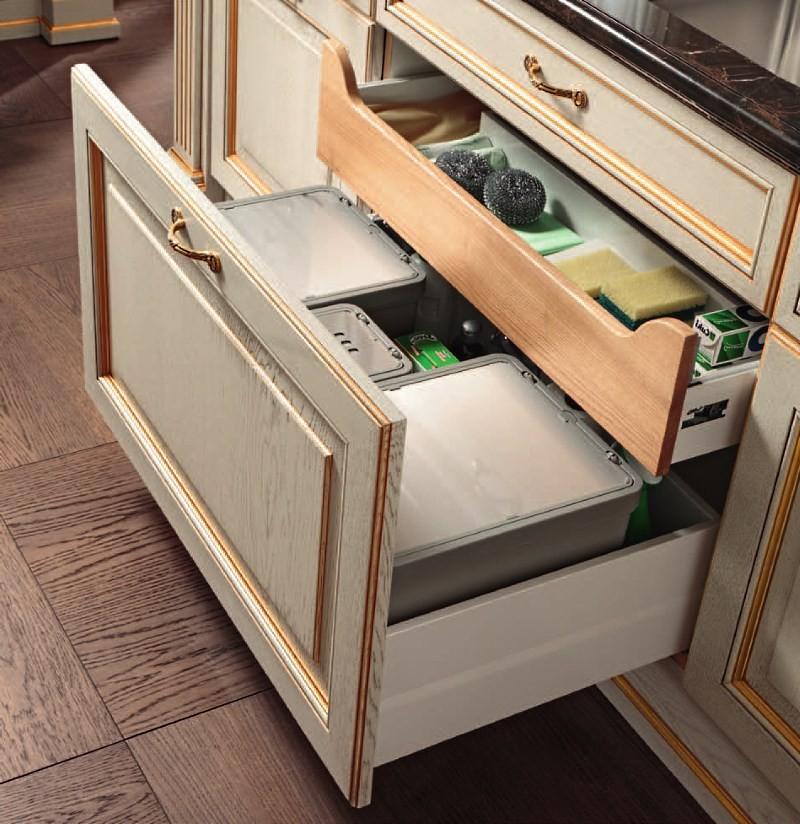 выдвижные ящики в кухонном шкафу