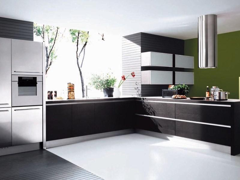 Большая кухня со встроенной техникой