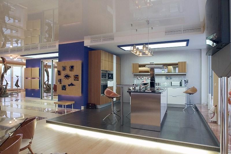 Кухня 20 метров на подиуме