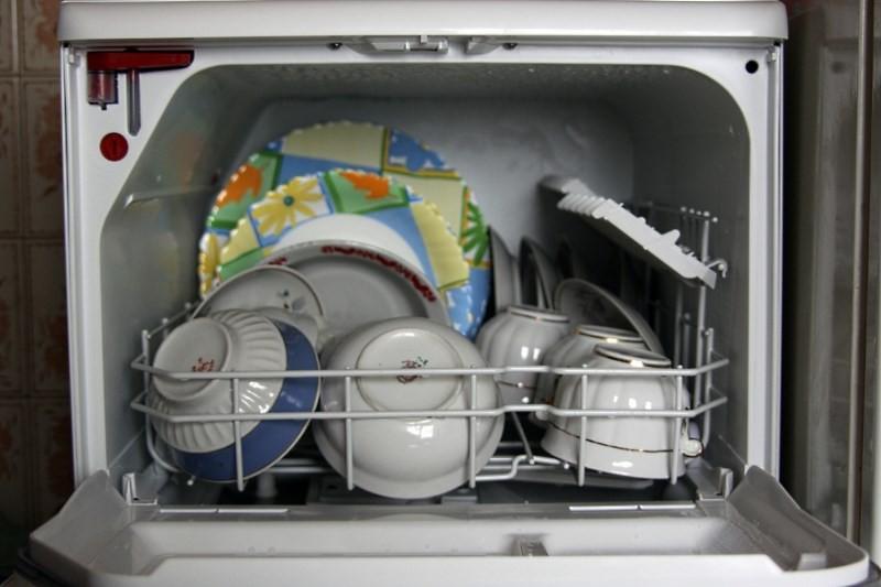 загруженная посудой посудомойка