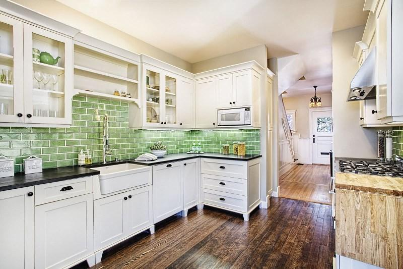 Зеленый фартук для белой кухни