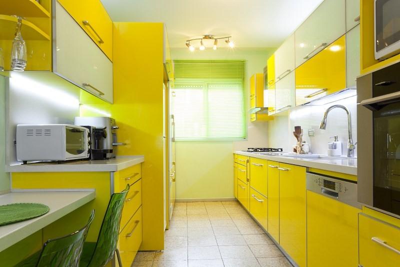 Желто зеленая кухня