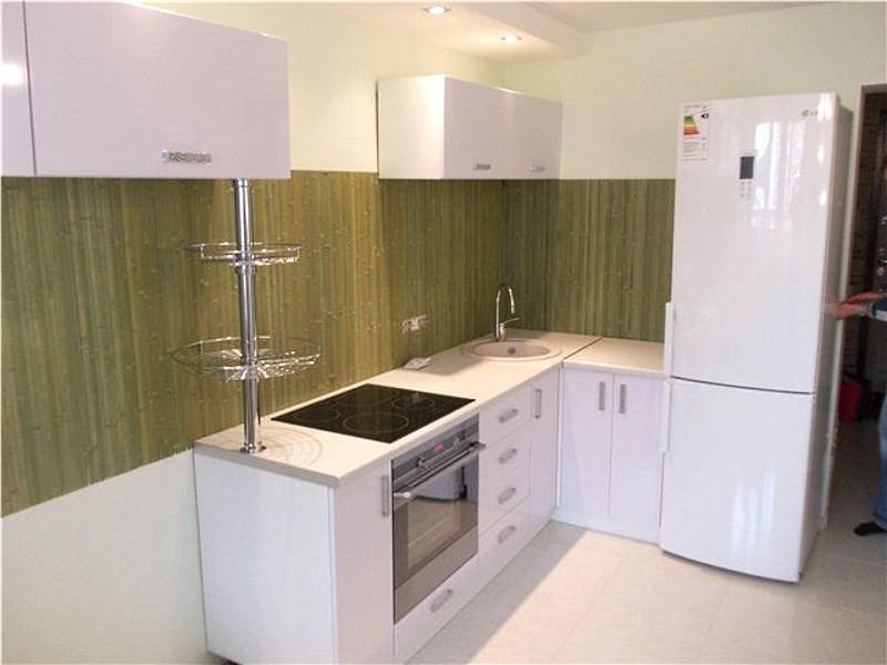 Бамбуковые обои на кухонном фартуке