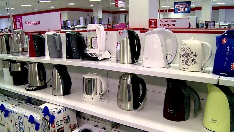 чайники на полке в магазине