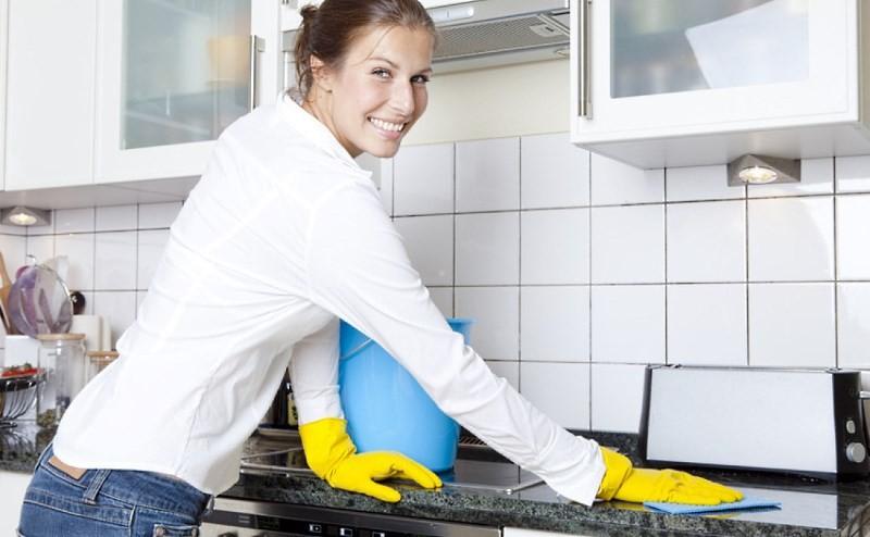 Наводит порядок на кухне