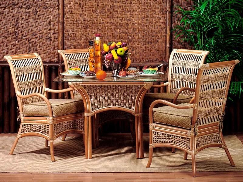 Плетеные стулья и стол