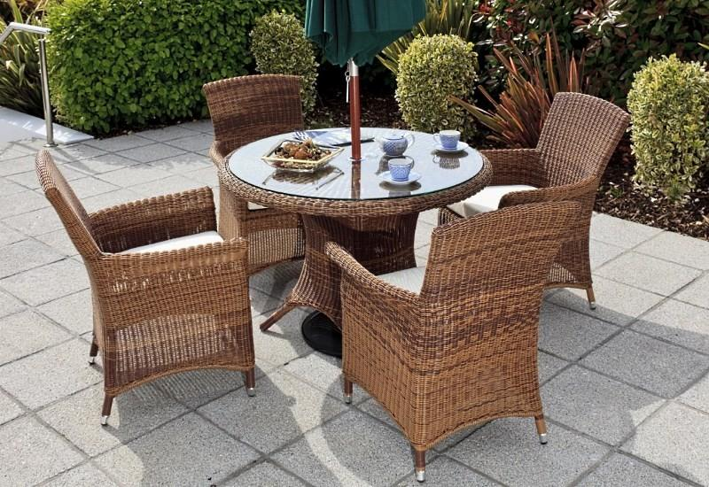 Плетеные стулья с подушками