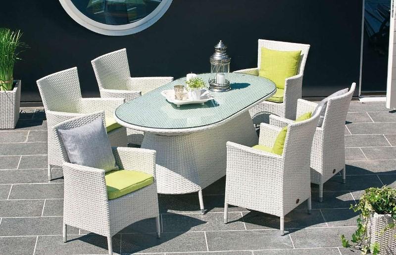 Стол и плетеные стулья