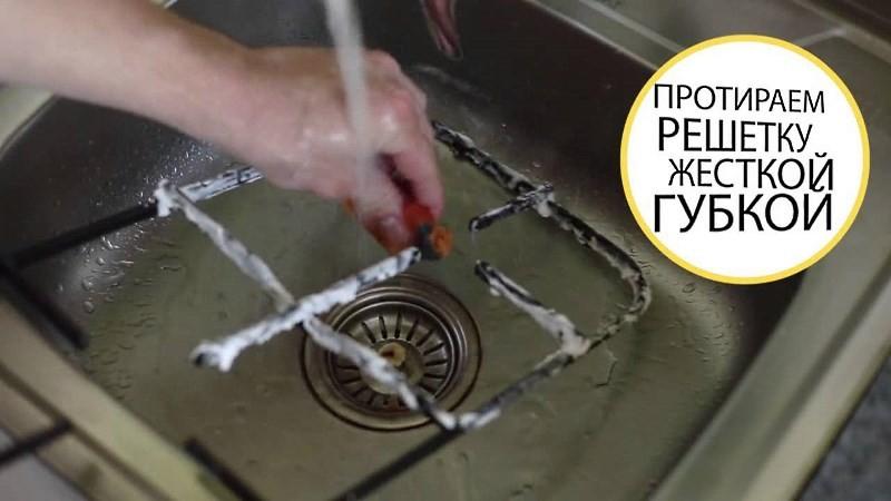 чистка решетки под краном