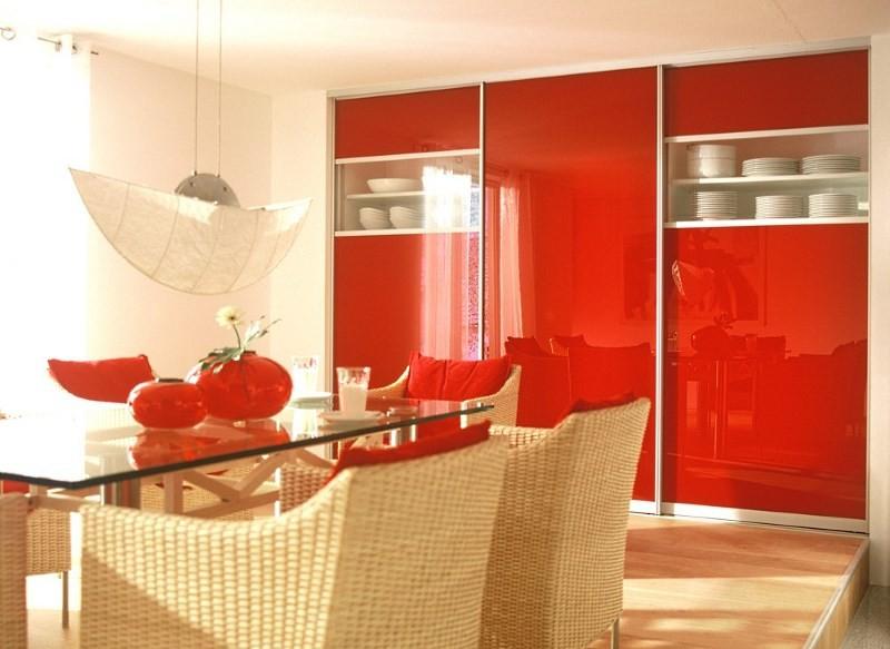 красный глянцевый встроенный шкаф на кухне