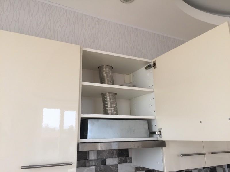 Вентиляционный короб на кухне спрятан за стену