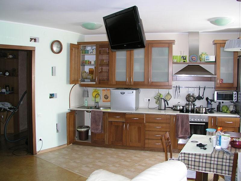 Телевизор на кронштейне под потолком