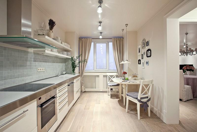 Светлый пол на маленькой кухне