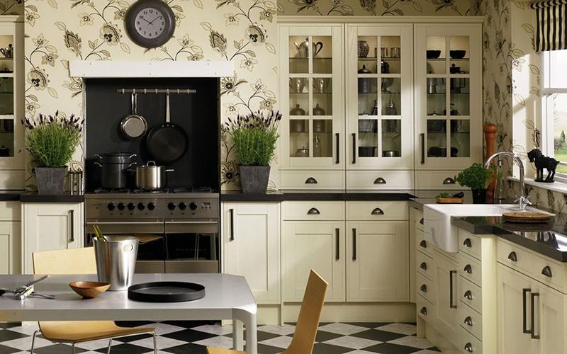Часы на кухню с пестрыми стенами