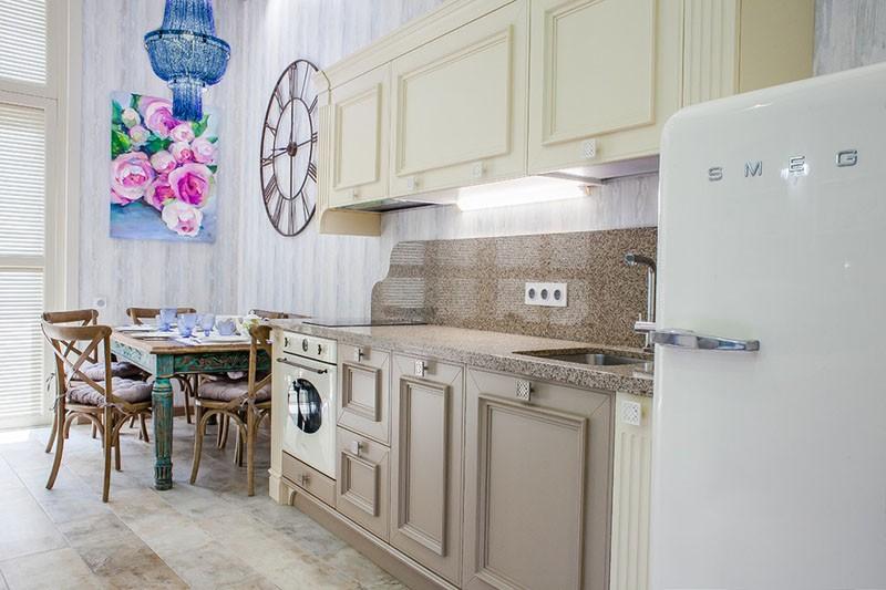 Часы на кухне в средиземноморском стиле