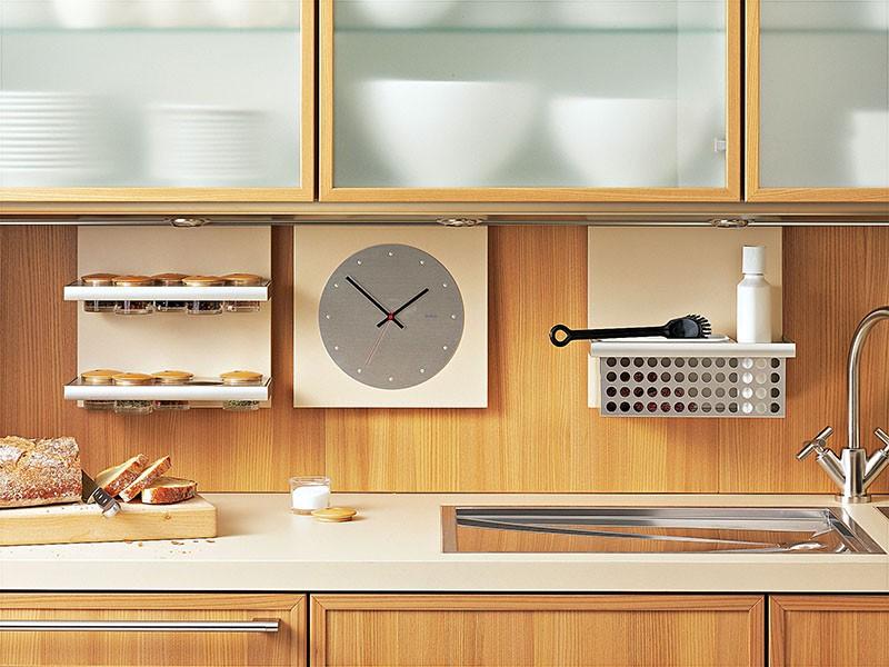 Часы на кухне в зоне фартука