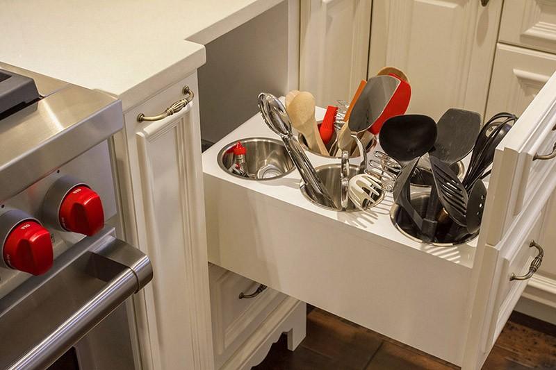 Хранение инструментов на кухне в выдвижном ящике