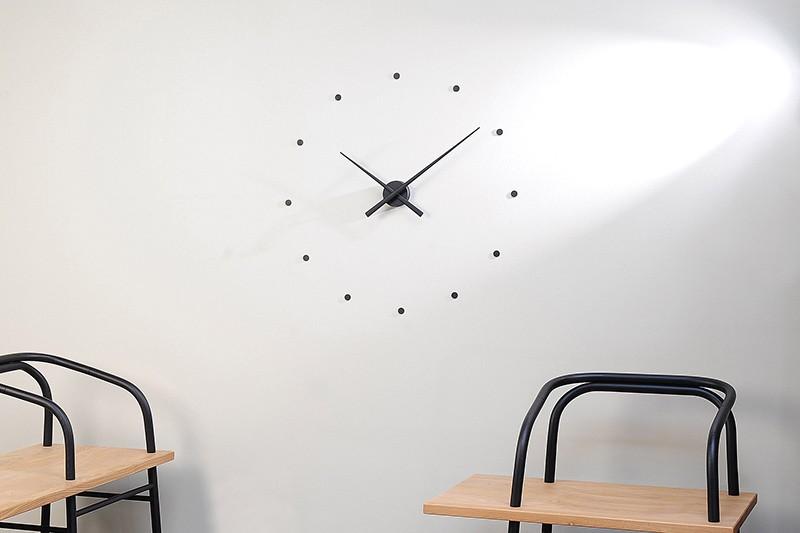 Конструкция часов на кухне с выкладкой на стене