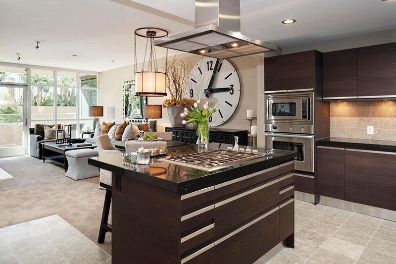 Огромные часы на большой кухне